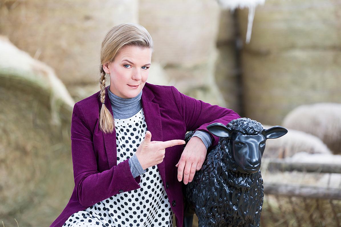 Mirja Boes mit dem schwarzen Schaf